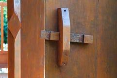 Serrures de porte en bois traditionnelles image stock