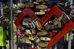 Serrures des personnes dans l'amour sur une barrière de rue au centre de la ville, Image stock