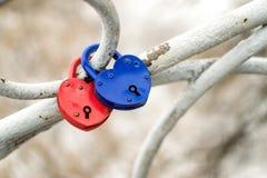 Serrures en forme de coeur rouges et bleues en métal Photo libre de droits