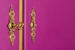 Serrures en laiton d'or avec la clé sur un coffret pourpre Photo libre de droits