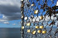 Serrures et barrière de maillon de chaîne Photos libres de droits