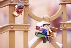 Serrures et clés sur Charles Bridge à Prague Image stock