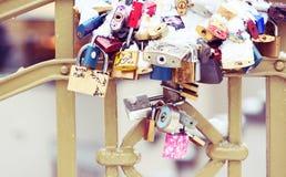 Serrures et clés sur Charles Bridge à Prague Photos libres de droits