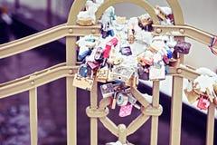 Serrures et clés sur Charles Bridge à Prague Image libre de droits