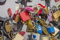 Serrures et clés sur Charles Bridge à Prague Photos stock