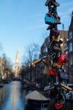 Serrures fixées sur un câble d'un pont suspendu Photographie stock