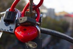 Serrures rouges sous forme de coeur Serrures en métal Un groupe de serrures Serrures de coeur Photos libres de droits
