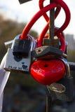 Serrures rouges sous forme de coeur Serrures en métal Un groupe de serrures Serrures de coeur Image libre de droits