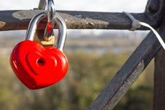 Serrures rouges sous forme de coeur Serrures en métal Un groupe de serrures Serrures de coeur Photographie stock libre de droits