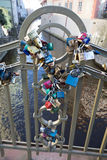 Serrures sur le pont à Prague pour symboliser l'amour pour toujours Photo stock
