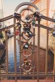Serrures sur le pont à Prague pour symboliser l'amour pour toujours Image libre de droits