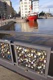Serrures sur le pont d'amour de Katajanokka à Helsinki Photos stock