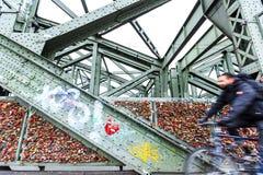 Serrures sur le pont de Hohenzollern à Cologne Photo libre de droits