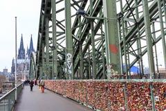 Serrures sur le pont de Hohenzollern à Cologne Images libres de droits