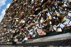 Serrures sur le pont de Pont des Arts, Paris, France Image libre de droits