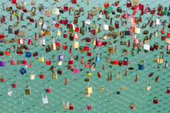 Serrures sur le symbole de pont de la fidélité et de l'amour éternel Photographie stock