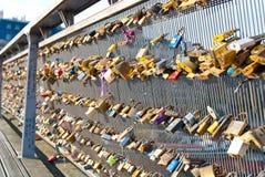 Serrures sur une balustrade de pont Photos stock