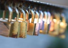 Serrures sur une balustrade de pont Photographie stock