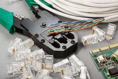 Sertisseur et câble de réseau images libres de droits