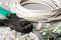 Sertisseur et câble de réseau images stock