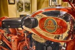 SERTUM-TAPPNINGmotorcykel OCH LOGO I MUSEUM Fotografering för Bildbyråer