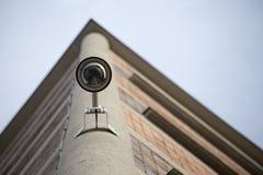 Serucity kamera på hörnet av byggnad som underifrån tas Arkivfoton