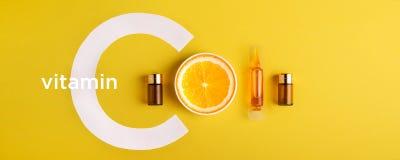 Serum en schoonheidsmiddelen met vitamine C Etherische olie van citrusvruchten banner stock foto