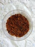 Serundeng daging, зажаренная говядина с пряным sauteed заскрежетанным кокосом стоковые фото