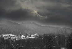 Serva berg som omges av dimma Arkivfoto