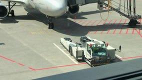 Serva en flygplanjetmotor på flygplatsen arkivfilmer