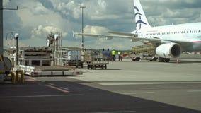 Serva en flygplanjetmotor på flygplatsen lager videofilmer