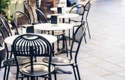 Servant sur la table sur la terrasse dans le restaurant à Catane, la Sicile, Italie, plaçant pour le wagon-restaurant photo stock