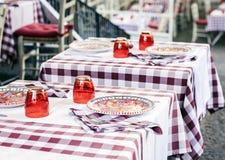 Servant sur la table sur la terrasse dans le restaurant ? Catane, la Sicile, Italie, pla?ant pour le wagon-restaurant images stock