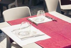 Servant sur la table sur la terrasse dans le restaurant ? Catane, la Sicile, Italie, pla?ant pour le wagon-restaurant photos libres de droits