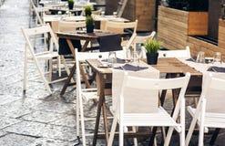 Servant sur la table sur la terrasse dans le restaurant ? Catane, la Sicile, Italie, pla?ant pour le wagon-restaurant photo stock