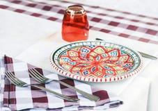 Servant sur la table sur la terrasse dans le restaurant ? Catane, la Sicile, Italie, pla?ant pour le wagon-restaurant image libre de droits