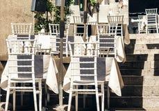 Servant sur la table sur la terrasse dans le restaurant dans Taormina, la Sicile, Italie, pla?ant pour le wagon-restaurant photos libres de droits