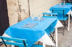 Servant sur la table sur la terrasse dans le restaurant dans Taormina, la Sicile, Italie, pla?ant pour le wagon-restaurant image stock