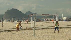 Serve för ultrarapidstrandtennis i en lek på den Copacabana stranden arkivfilmer