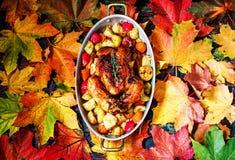 Served briet Danksagung die Türkei auf hellem Herbstlaubhintergrund stockfoto