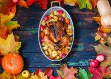 Served briet Danksagung die Türkei im Herbstlaubrahmen, hölzerner Hintergrund des Brauns lizenzfreie stockbilder