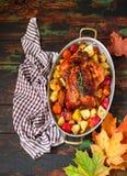 Served briet Danksagung die Türkei mit Gemüse auf hölzernem Hintergrund lizenzfreie stockfotos