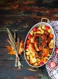 Served briet Danksagung die Türkei mit Gemüse auf hölzernem Hintergrund lizenzfreie stockbilder