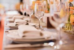 Served dinner table setting in a restaurant Royalty Free Stock Photos