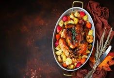 Served roasted a ação de graças Turquia com os vegetais no fundo rústico marrom fotos de stock royalty free