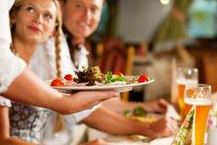 Serveerster die een Beiers Restaurant dient royalty-vrije stock foto