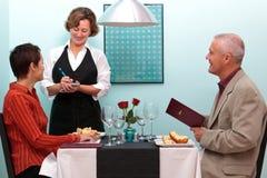 Serveerster die een orde in een restaurant neemt Stock Foto's