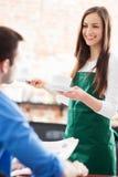 De dienende mens van de serveerster bij koffie Royalty-vrije Stock Foto's
