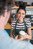 Serveerster die kop van koffie geven aan klant Royalty-vrije Stock Foto's