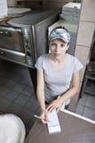 Serveerster die orde in een snel voedselrestaurant neemt Royalty-vrije Stock Afbeeldingen